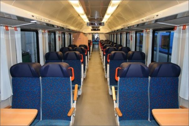 Ve vozech je zcela nový klimatizovaný interiér včetně sedaček a sklopných nebo rozkládacích stolků.