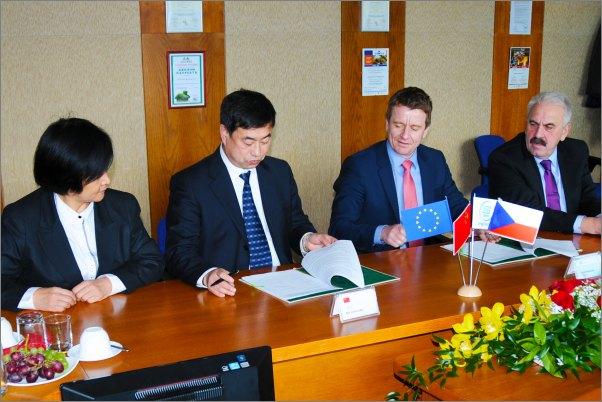 Rámcovou smlouvu o spolupráci podepisují zprava Miloslav Mácha, Tomáš Dunovský a Ma Xiaolong.