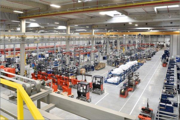 """Od začátku roku vyrábí KION Group vysokozdvižné vozíky typu """"retrak"""" v průmyslové zóně nedaleko Ostrova u Stříbra."""