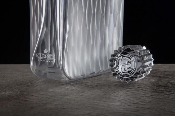 Exkluzivní láhev 33leté meruňkovice Kleiner v designu Ronyho Plesla pro Jaguar Project 7