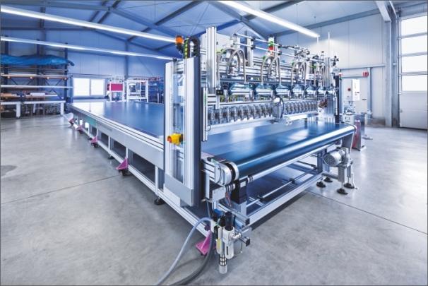 Zjednodušuje dopravu a usnadňuje montáž systému nanášení lepidla 1C PUR firmy Technicon: nová jednotka tvořená potahovacím stolem a stříkacím tryskovým portálem (Foto: Festo AG & Co. KG)