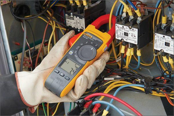 Nový klešťový multimetr Fluke pro techniky topných, ventilačních a klimatizačních systémů