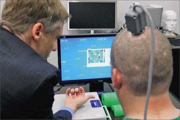 Ian Burkhart se stal prvním člověkem, který vyzkoušel nový mozkový implantát.