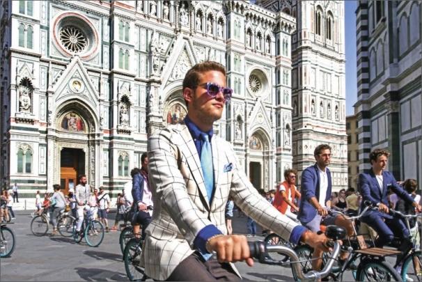 Giro d´Stil, jízda v módním oblečení na kolech po Florencii. V pozadí dóm Santa Maria del Fiore