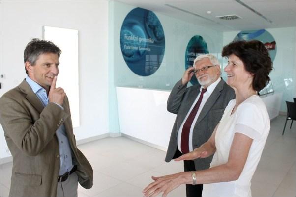 V úvodu programu se paní ministryně seznámila se strukturou centra BIOCEV, jednotlivými výzkumnými programy i zapojením do mezinárodních vědeckých konsorcií.