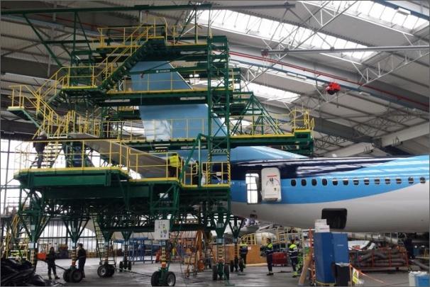 Sspolečnost Transys vyvinula unikátní ocasní doky (plošiny)  používané při opravách velkých dopravních letadel