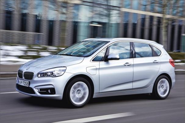Pětidveřový van BMW 225xe s délkou 4,34 m má hybridní pohon s externím dobíjením, který může pohánět všechna čtyři kola