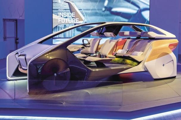 Studie i-inside Future automobilky BMW je od regulérního automobilu poněkud vzdálená, ale za jeho hlavní přínos je považována koncepce interiéru. Dokonalá autonomní jízda by měla být spojena s co největším pohodlím