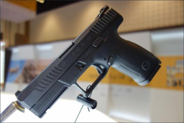 Firma na veletrhu vůbec poprvé na Blízkém východě veřejně představila svou novou pistoli s přímoběžným úderníkem CZ P-10 C