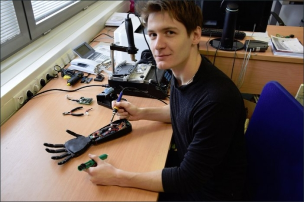 Stefan Grushko, student Fakulty strojní VŠB-TUO, představuje robotickou ruku