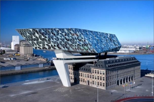 Nové sídlo úřadu antverpského přístavu je výsledkem působení tří prostorových elementů: původní památkově chráněné budovy, betonového mostu a vertikální nástavby.