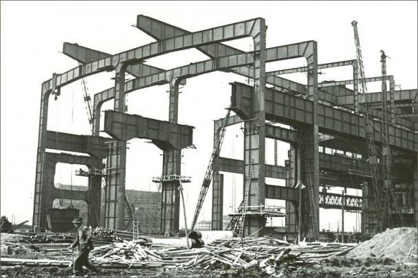 Stavba konstrukce ocelárny rychle pokračuje od 1. SM pece směrem k elektrárně, 25.4.1952