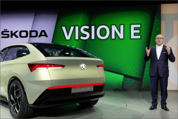 Předseda představenstva společnosti ŠKODA AUTO Bernhard Maier představuje studii ŠKODA Vision E v rámci Volkswagen Group Night v Šanghaji
