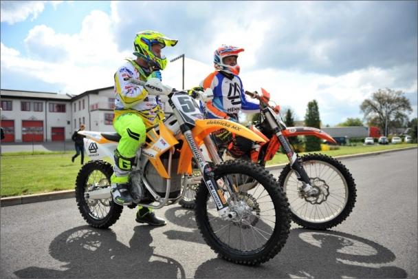 Mistr Evropy v motokrosu Petr Bartoš (vpředu) na první závodní elektrické motokrosové motorce v ČR značky Alta Motors
