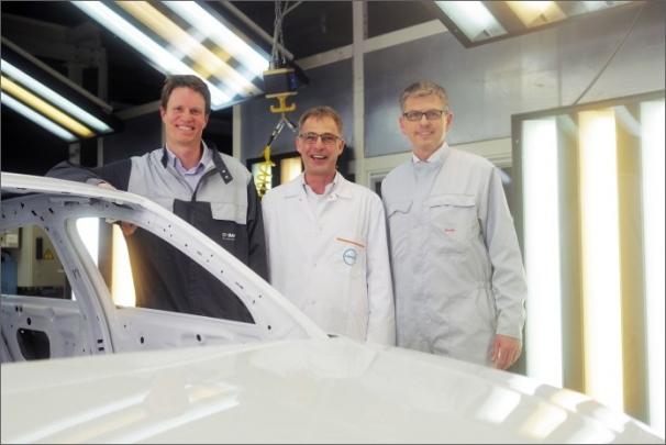 Radost v obchodě Audi s barvami a laky (Ingolstadt, Německo). Zleva Dr. Matthijs Groenewolt, vedoucí pracovník oddělení vývoje krycích a svrchních laků ze společnosti BASF, Dr. Markus Mechtel, šéf marketingu