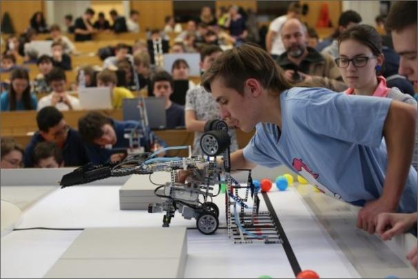 Finále Robosoutěže ČVUT pro základní školy překvapilo rozmanitostí stavebnicových robotů