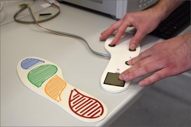 """Zlínští vědci vyvíjejí sadu tlakových senzorů, které se do """"chytré boty"""" zakomponují a následně pak budou snímat a hodnotit pohyb"""