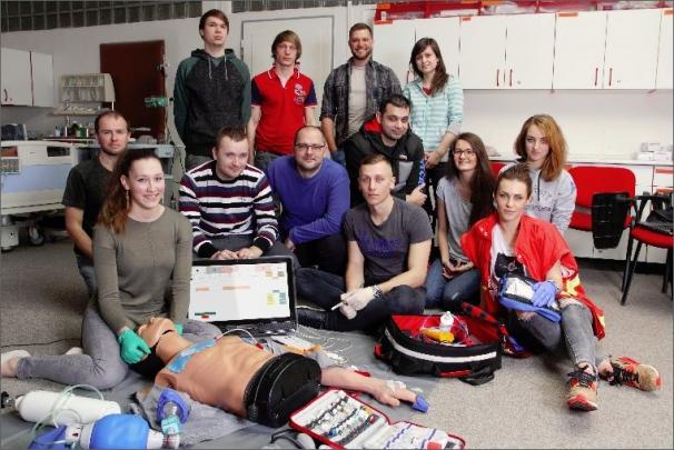 Software umožňuje simulovat pacientský monitor, který je součástí defibrilátoru, a navodit různé stavy vznikající při neodkladné resuscitaci pacienta