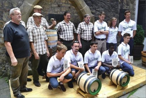 V bílých tričkách jsou bednářští učni z Francie