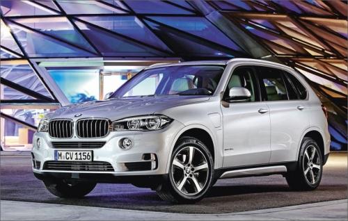 BMW X5 patří mezi vozy typu SUV, jeho délka je 488 cm při rozvoru náprav 293 cm, v jeho výbavě nechybí pohon všech kol