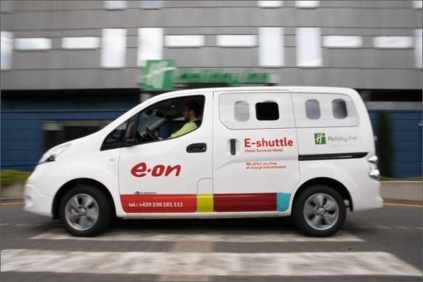 E-shuttle Nissan dokáže přepravit z letiště do hotelu 7 osob
