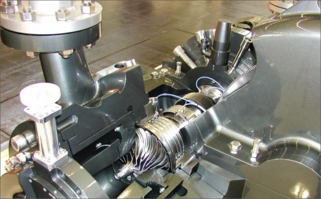 Detail plynového booster kompresoru francouzské firmy SUNDYNE