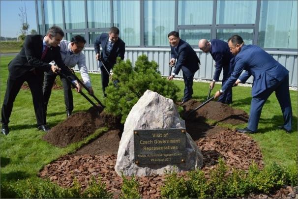 Premiér Sobotka a ministr Havlíček navštívili nový závod společnosti Hyundai Mobis