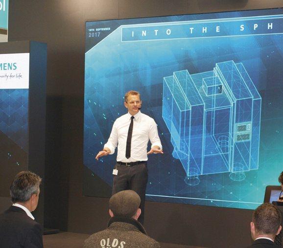 """Ústředním """"exponátem"""" ve stánku společnosti Siemens byla digitální platforma MindSphere, která měla efektní pódiovou podporu"""