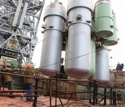 Spouštění reaktorového bloku do trupu Akademika Lomonosova v Baltických loděnicích v Petrohradě v červnu 2017
