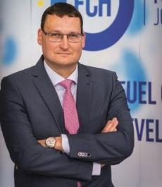 Bart Biebuyck je výkonným ředitelem FCH JU od května 2016. Dříve působil v oddělení palivových článků společnosti Toyota Motor Europe, kde jako technický manažer získal bohaté zkušenosti s uváděním nových technologií na evropský trh. Dva roky pracoval také na společném projektu koncernu PSA a Toyoty v Japonsku, jehož výsledkem bylo uvedení Toyoty AY GO na trh v roce 2006.