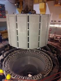 Opravený rotor generátoru vážící přes 400 tun před usazením zpět do statoru