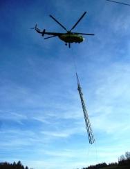 Vrtulník pomáhal při stavbě stožáru vysokého napětí