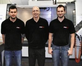 Výrobní ředitel Mark Newcomb s konstruktérem Andrew Newcombem a programátorem Lancem Jobem