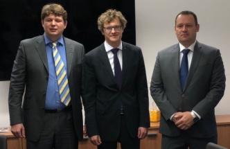 U podpisu kontraktu mezi společností ŽĎAS a BONATRANS Group byli (zleva) generální ředitel společnosti ŽĎAS Pavel Cesnek, generální ředitel společnosti BONATRANS Group Jakub Weimann a za akcionáře ŽĎASu společnost CEFC Josef Hehejík, ředitel divize průmyslu.