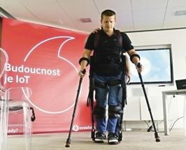 Martinovi Axemu pomáhá Ekso GT se během rehabilitace postavit