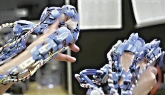 Nositelná robotika na prstech chirurga. Dříve spíše ze žánru sci-fi
