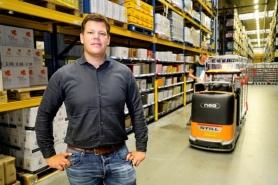"""""""I když jsou procesy v našich distribučních centrech již ve velké míře optimalizované, hledáme další potenciály zlepšení, například využití autonomní manipulační techniky,"""" vysvětluje Arjan Warmerdam, projektový ředitel společnosti Detailresult Logistiek BV."""