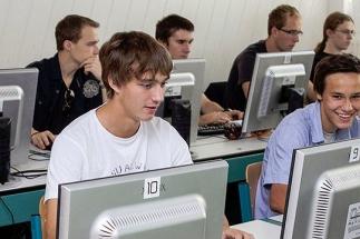 V současné době škola nabízí studentům tři specializace: grafické systémy a tvorbu webových stránek, správu počítačových sítí, programování a databázové systémy.