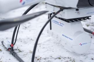 Monitorovací systém je zcela nezávislý na dronu. Má samostatné napájení, GPS navigaci pro přesné zaměření lokality, laserový výškoměr, RF spojení s pozemní stanicí, paměťovou kartu pro zápis dat i vlastní zpracování dat v reálném čase