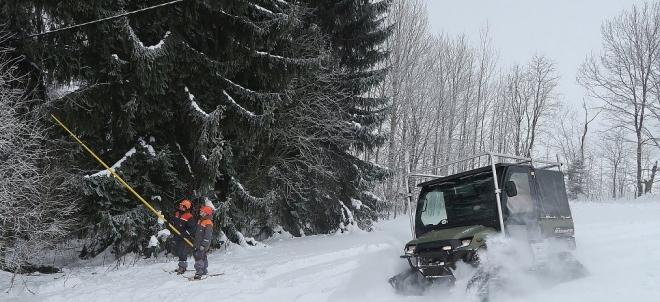 Čtyřkolka Polaris a prořez větví kolem vedení v zimním terénu