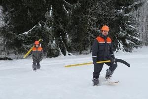 Montéři na sněžnicích v terénu
