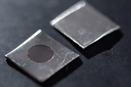 Neupravený vzorek z nerezavějící oceli (vlevo) a vzorek, který byl elektrochemicky ošetřen