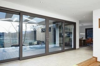 Nový systém posuvných dveří se zdvihem Schüco LivIngSlide se snadno vyrábí i montuje.