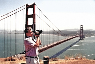 Mostovka s nájezdy dlouhá 2 737 m se vznáší 69 m nad hladinou Golden Gate