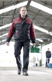 Zimní bunda MEWA COMBISTAR® se vyznačuje obzvláště vysokým stojáčkem, který lze zapnout až nahoru.