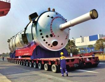 Reaktorová nádoba reaktoru HTR-PM během přepravy do elektrárny v Š'-tao-wanu