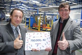 Generální ředitel AGC Automotive Czech Luděk Steklý (vpravo) předal symbolický šek na částku 750.000 korun do rukou ředitele Ústecké komunitní nadace Tomáše Krejčího. Nadace spravuje Dárcovský fond AGC Automotive Czech, který podporuje neziskové aktivity v regionu.
