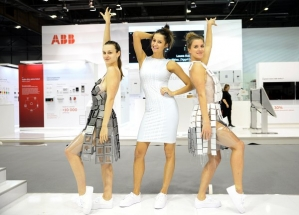 Šaty z vypínačů navrhla módní návrhářka Kristina Synek