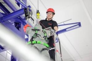 Ochranné pomůcky vyvinuté a otestované v Brně zachraňují životy pracovníkům po celém světě