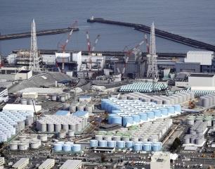 Areál jaderné elektrárny Fukušima na sklonku roku 2017. Všimněte si nádob na vodu odčerpanou z podzemí elektrárny, které jsou dnes v elektrárně prakticky na každém kroku